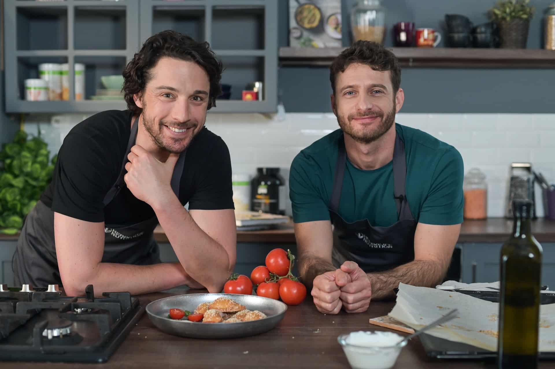 מימין השף אושר אידלמן והשף אודי ברקן הכנת סמבוסק צילום: אלעד ברנגה
