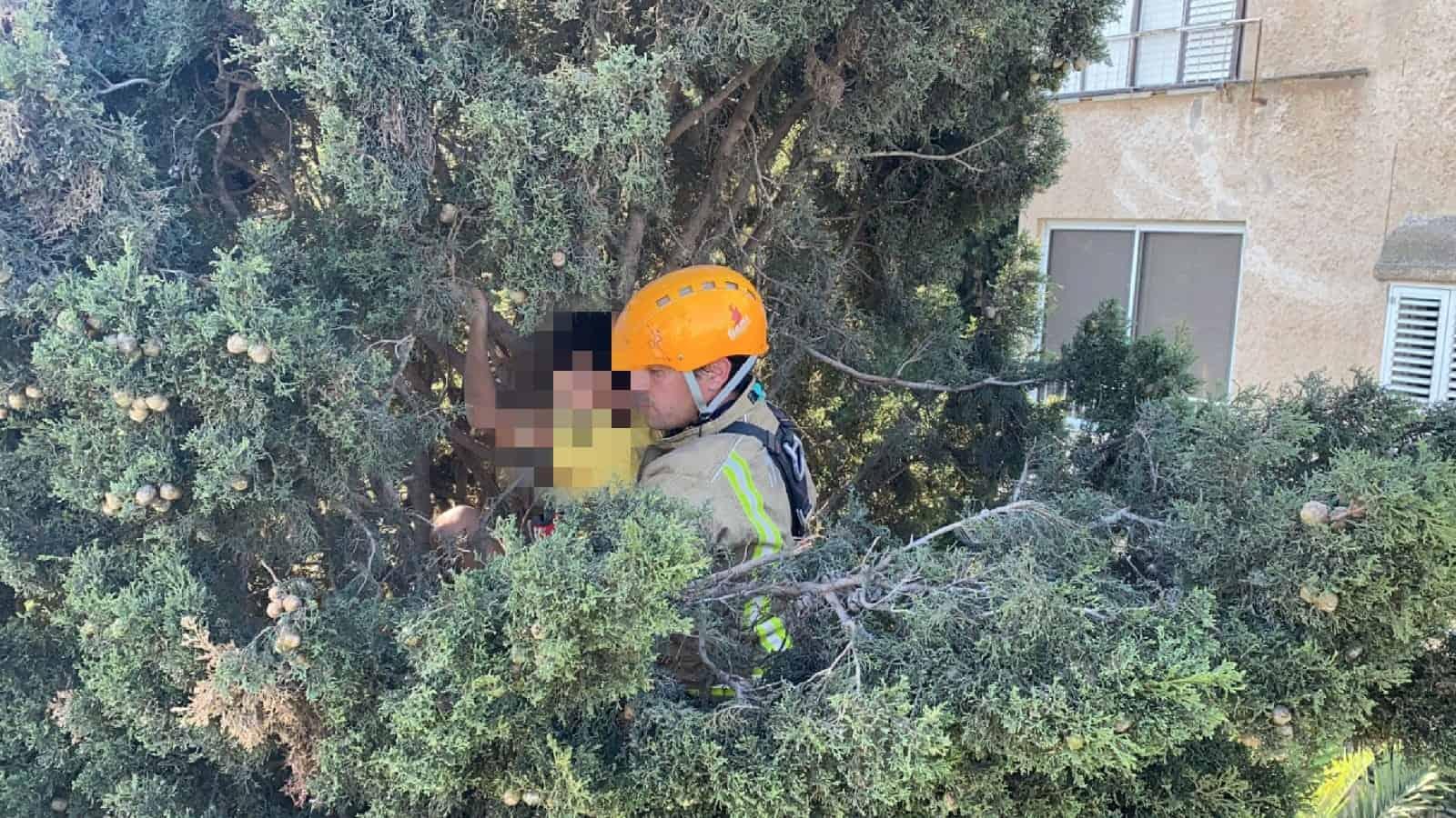 חילוץ ילד בחיפה, צילום: דוברות כבאות והצלה